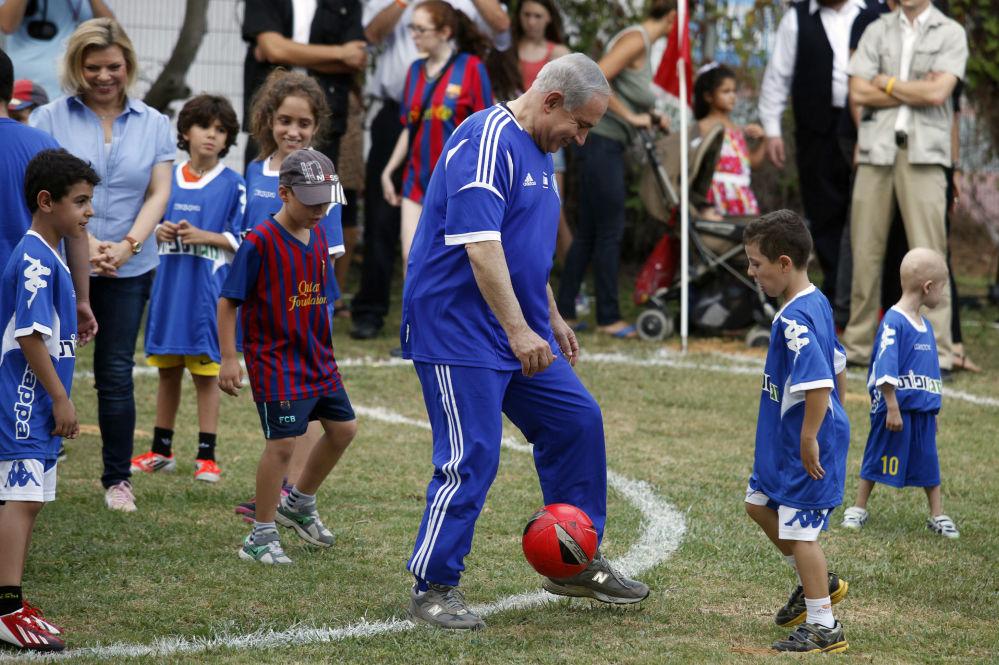 رئيس الوزراء الإسرائيلي بنيامين نتنياهو يلعب كرة القدم مع أطفال