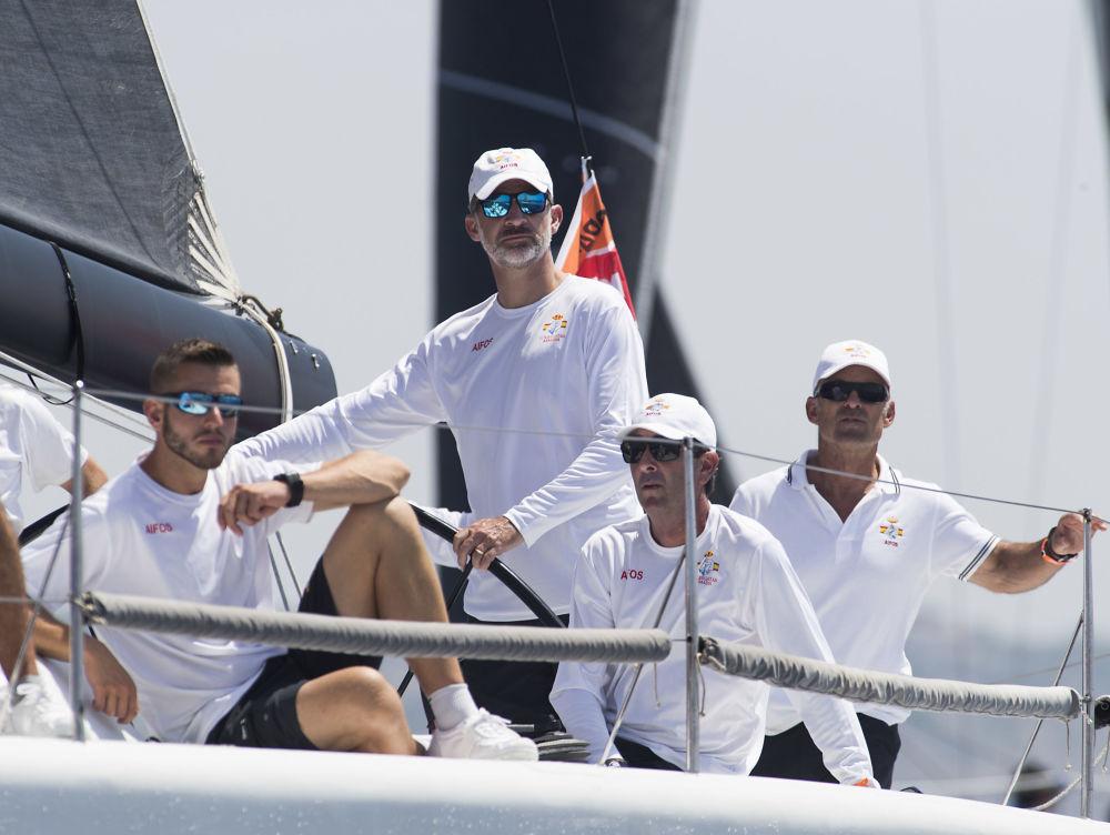 ملك إسبانيا فيليب السادس يقود قاربا شراعيا
