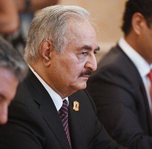 قائد الجيش الوطني الليبي، المشير خليفة حفتر خلال لقائه سيرغي لافروف في موسكو
