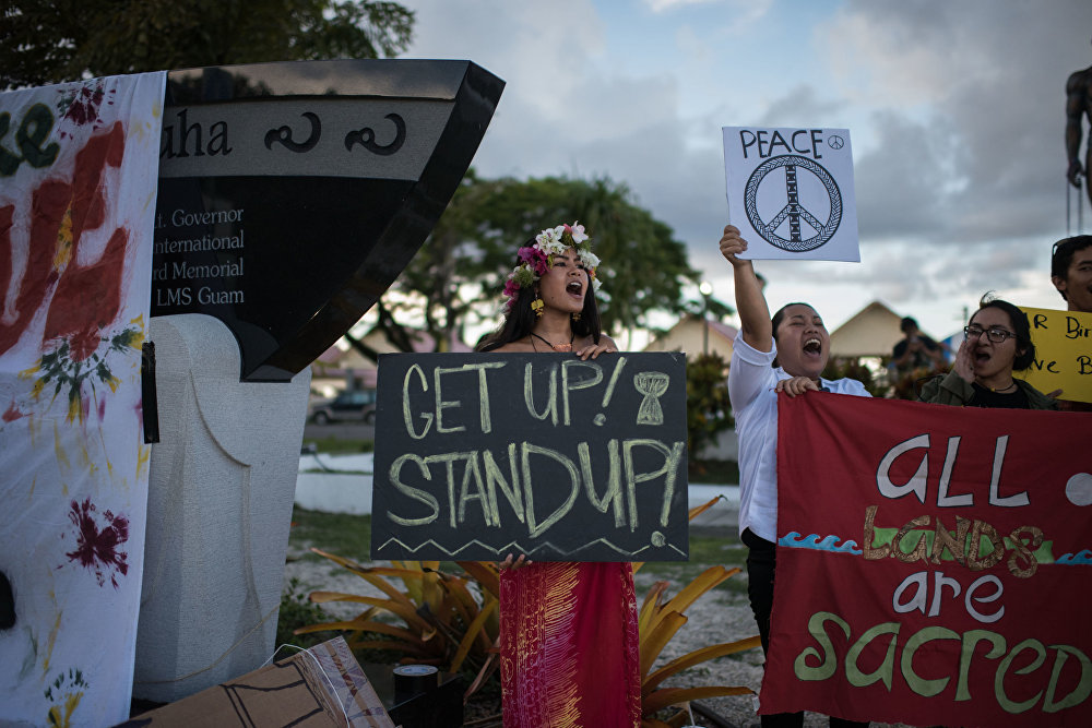 المشاركون في المظاهرة من أجل إنهاء الاستعمار ونزع السلاح في غوام