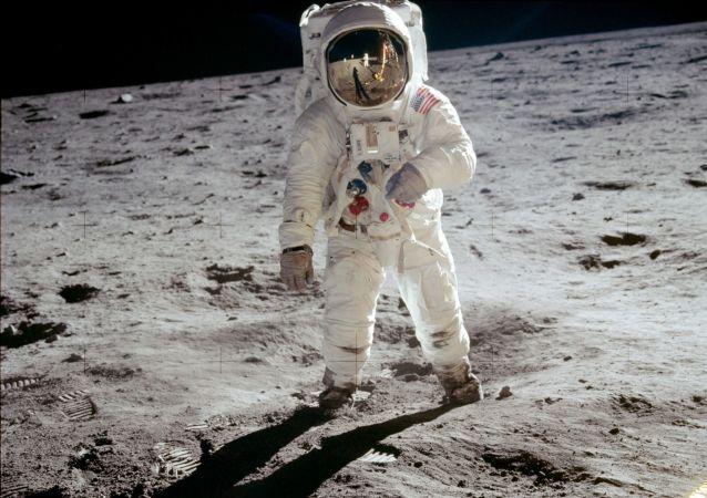 صورة لرائد الفضاء الأمريكي على سطح القمر