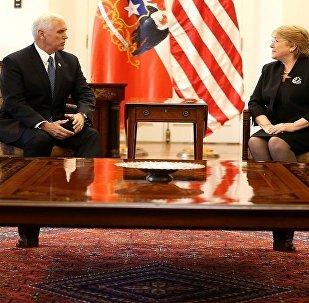 مايك بنس ورئيسة تشيلي