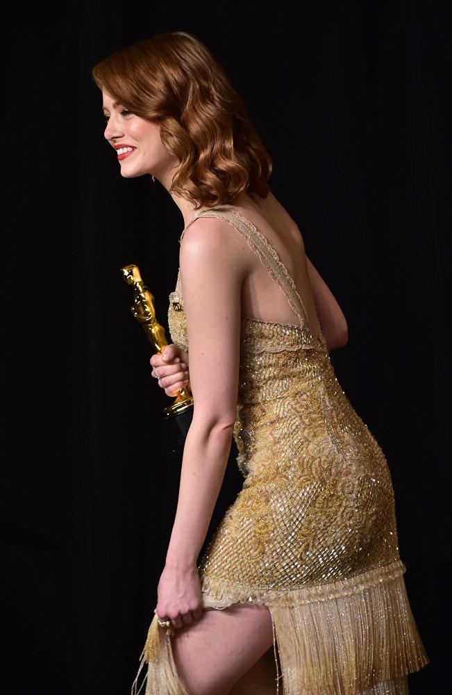 الممثلة إيما ستون مع جائزة الأوسكار