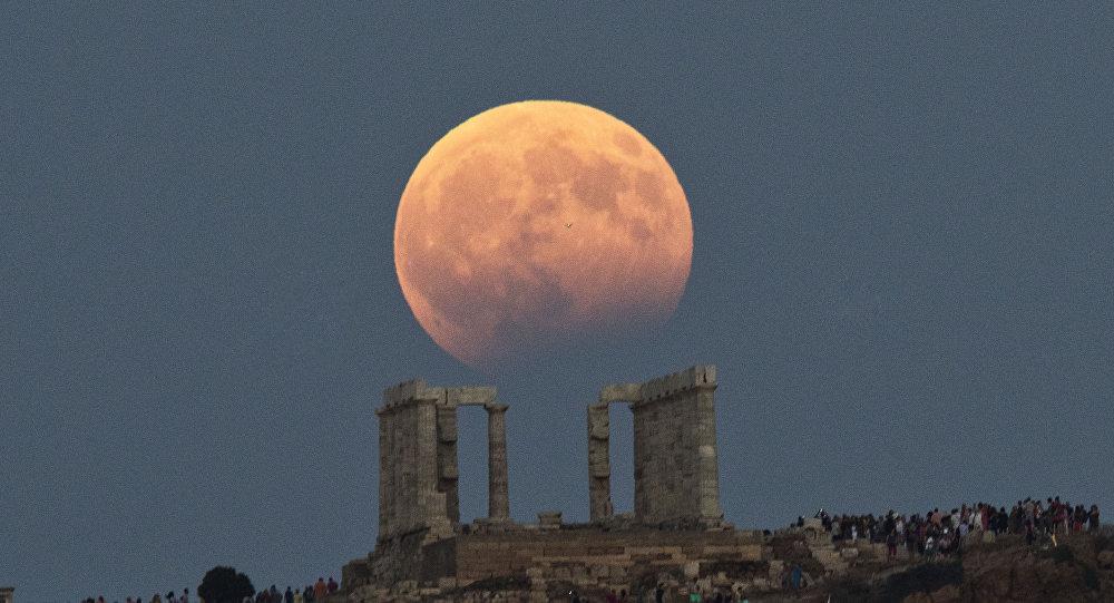كسوف قمري فوق معبد بوسيدون في اليونان