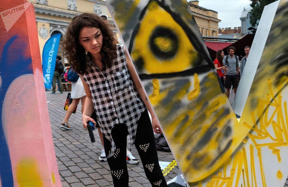 المشاركين في مهرجان الثقافة المدنية شوارع حية في وسط سانت بطرسبرغ