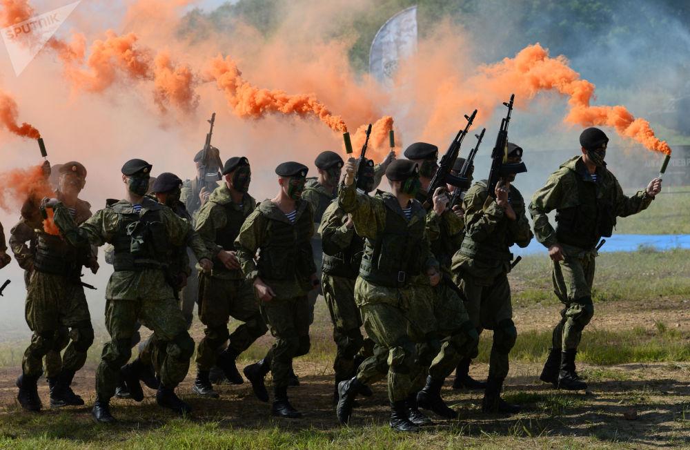 أداء عرض لمشاة البحرية من أسطول المحيط الهادئ من الاتحاد الروسي قبل بدء اللعبة الرياضية العسكرية سباق الأبطال في حقل غورنوستاي في فلاديفوستوك