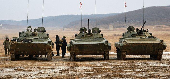 المشاركون في بطولة روسيا بياتلون للدبابات وهجوم جنود سوفوروف في إقليم بريمورسكي كراي، روسيا