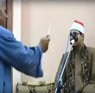 مصري يشهر سلاحا أبيض بوجه قارئ للقرآن لإرغامه على استئناف التلاوة