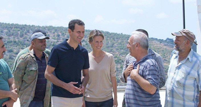 الأسد وزوجته في طرطوس