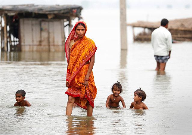 امرأة في قرية غمرتها المياه في الهند
