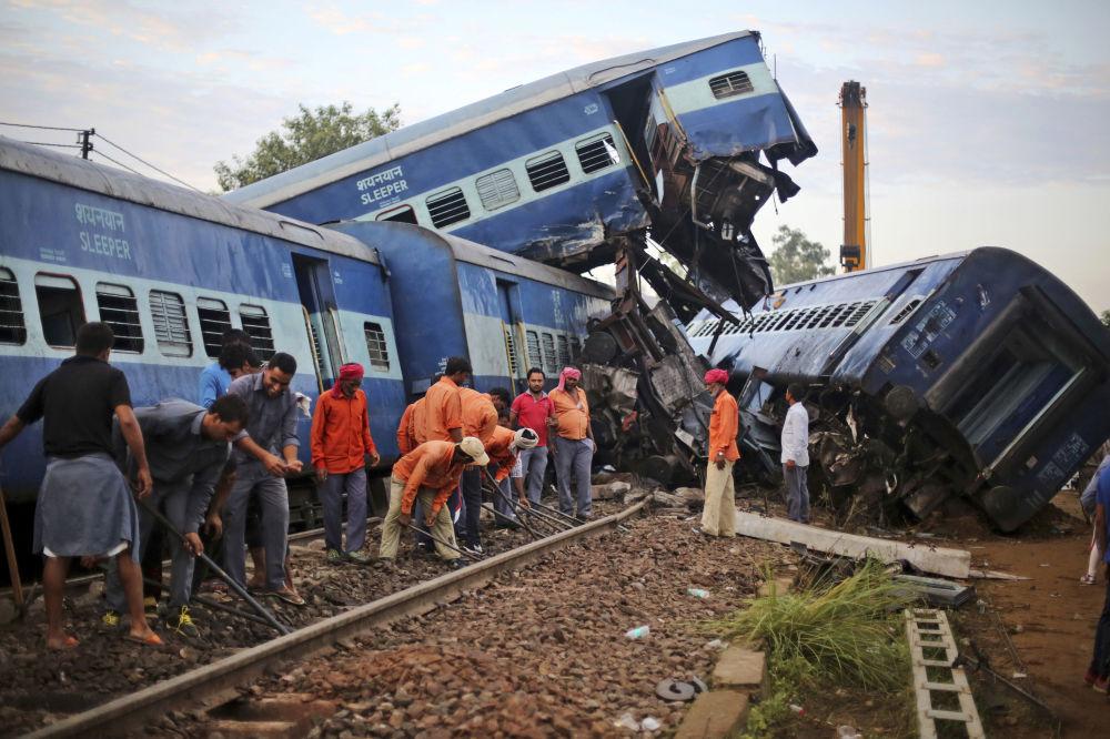 موظفون يقومون بتصليح  السكة الحديدية بعد الحادث في خاتولي، الهند 20 أغسطس/ آب 2017
