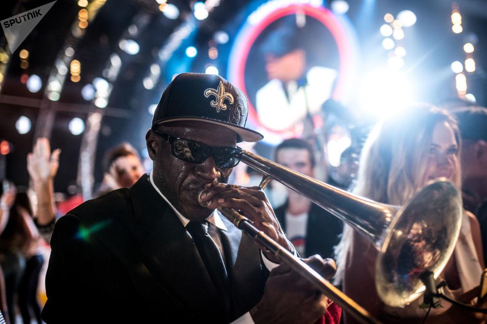فنان من الفرقة الموسيقية جو لاستيس نيو أورليانز ساوند خلال مهرجان كوكتيبيل جاز بارتي 2017