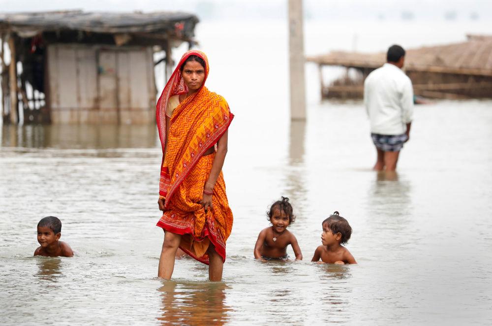 امرأة تقف في شارع بعد الفياضانات التي عمت قرية موتاهاري، الهند 23 أغسطس/ آب 2017