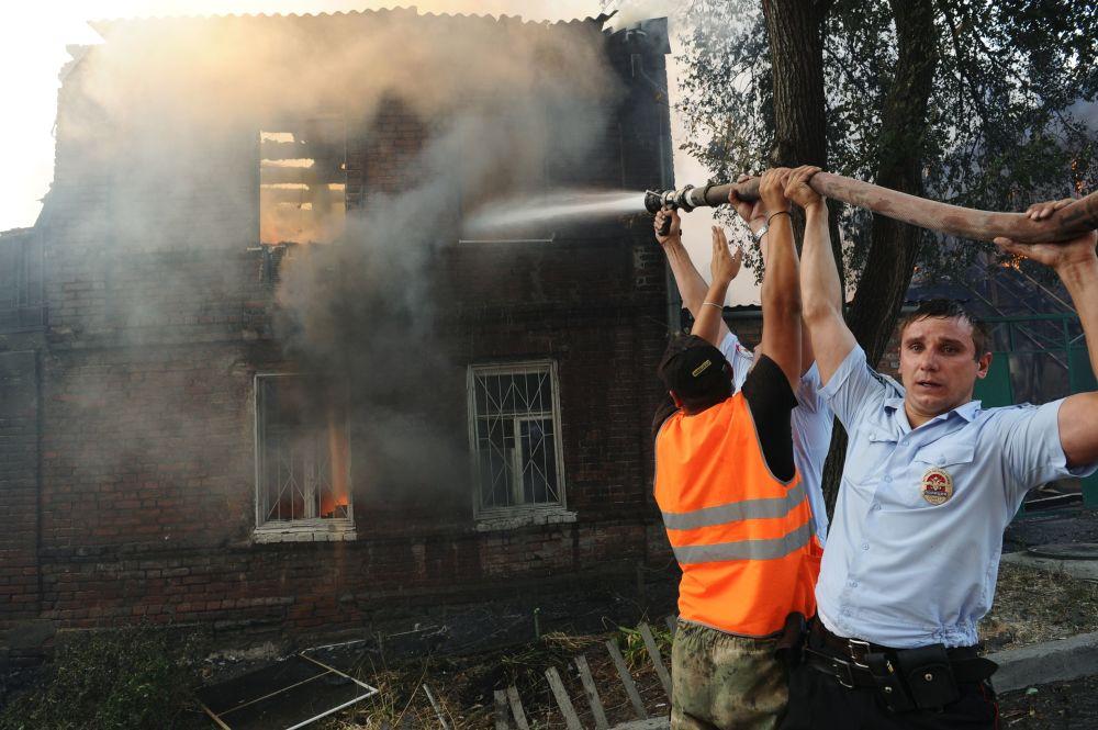 رجال إطفاء الحريق يخمدون النيران المشتعلة في إحدى المنازل في روستوف-نا-دونو، روسيا