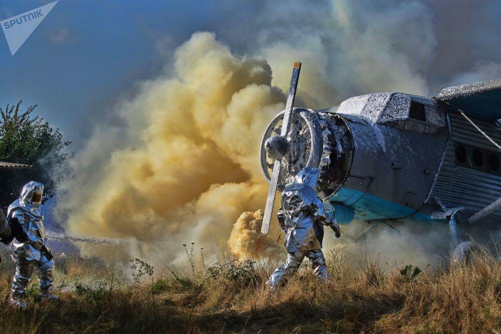 عناصر الطوارئ الروسية خلال التدريبات، القضاء على العواقب الكارثية إثر سقوط الطائرات في سيفاستوبول، روسيا