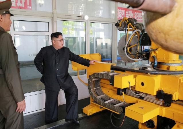 زعيم كوريا الشمالية كيم جونغ أون خلال زيارته لمعهد المواد الكيميائية في بيونغ يانغ، كوريا الشمالية 23 أغسطس/ آب 2017