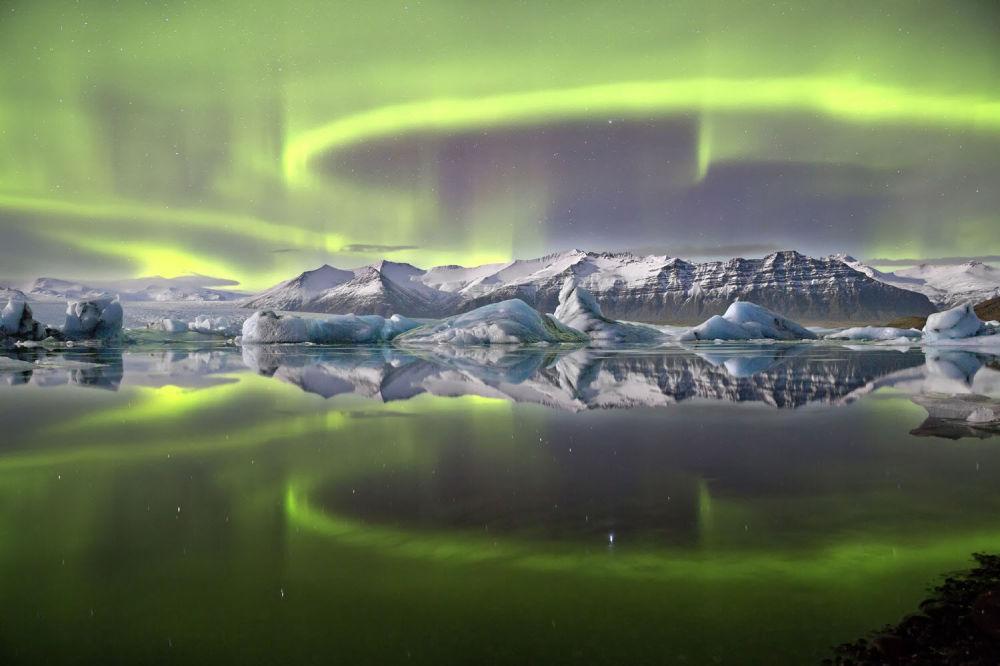 صورة الأضواء الشمالية فوق البحيرة الجليدية للمصور جيمس وودند