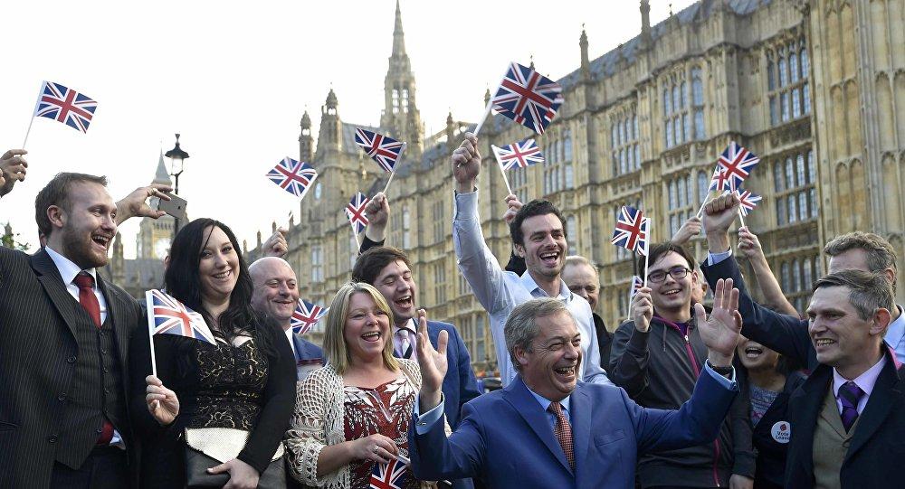 زعيم حزب استقلال المملكة المتحدة نايجل يحتفل بنتائج الاستفتاء