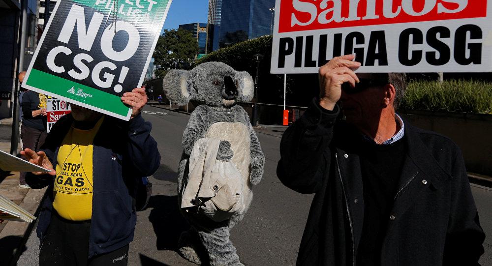 أسترالي يرتدي قناع حيوان الكوالا