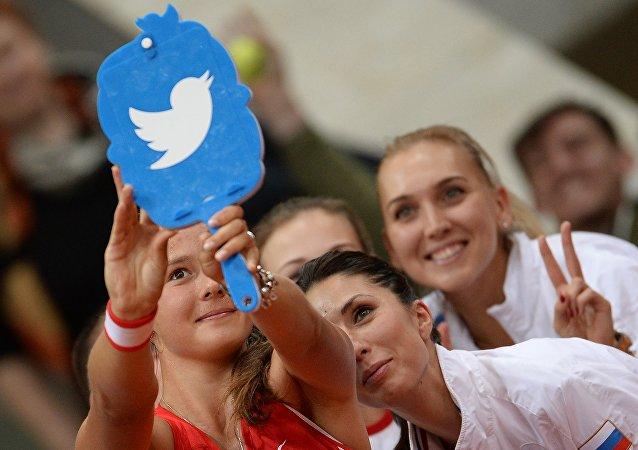 تغريدات المشاهير