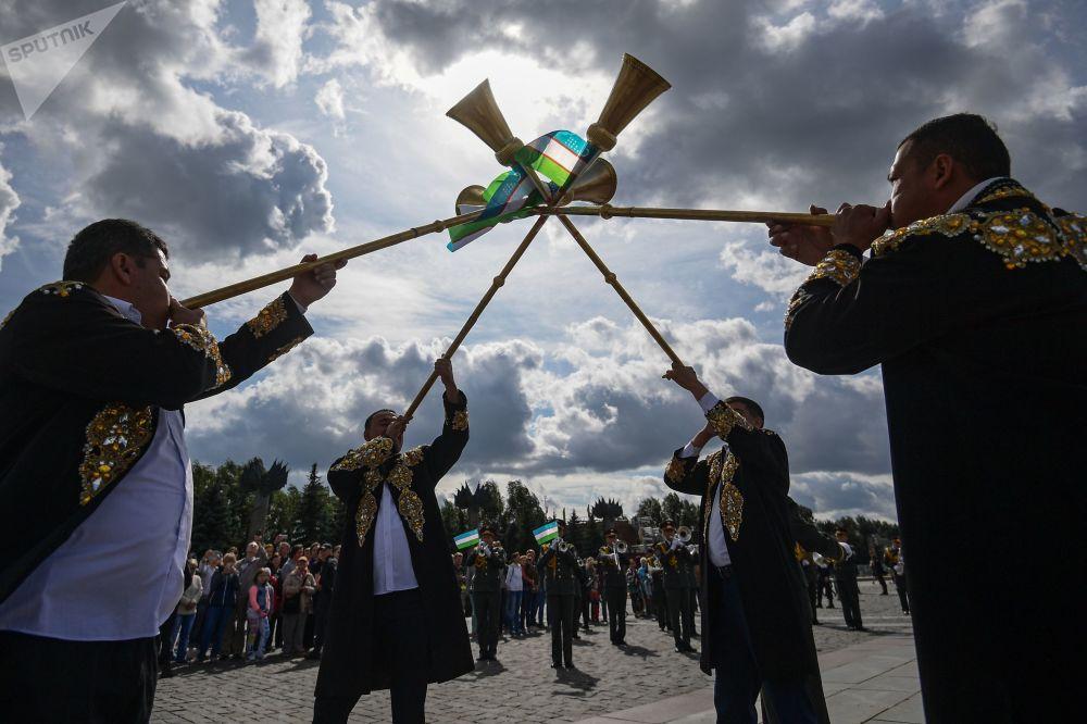 مهرجان سباسكايا باشنيا الدولي للموسيقى العسكرية على الساحة الحمراء في موسكو - فريق أوركيسترا من أوزبيكيستان