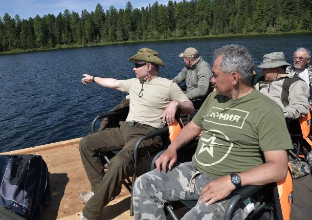 الرئيس فلاديمير بوتين ووزير الدفاع سيرغي شويغو