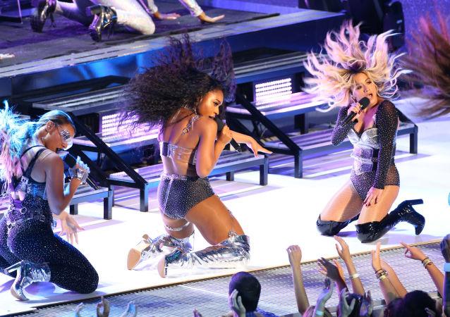 دينا جين، نورماندي كوردي، لورين جوريجوي، وإلي بروك خلال أدائهم على المسرح في حفل توزيع جوائز الموسيقى لعام 2017 (2017 MTV Video Music Awards) ، في إنغلوود، كاليفورنيا، في 27 أغسطس/ آب 2017.