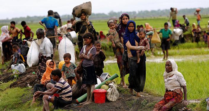 اللاجئين يعبرون الحدود من ميانمار إلى بنغلاديش