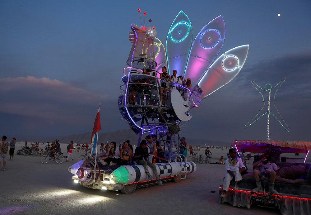 سيارة على شكل طائر في مهرجان الرجل المحترق