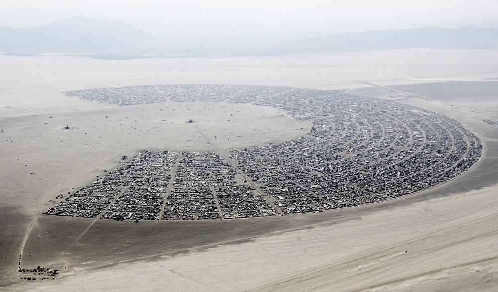 مدينة الصخرة السوداء مكان اجتماع أكثر من 70 ألف شخص لحضور المهرجان السنوي الرجل المحترق
