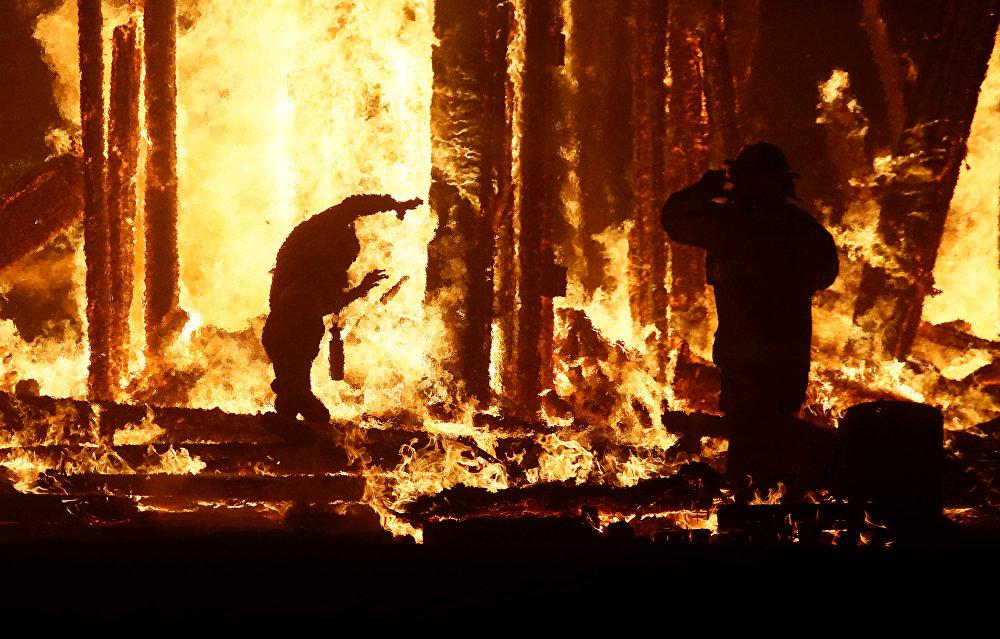 رجل التهمته النيران في مهرجان الرجل المحترق في أمريكا