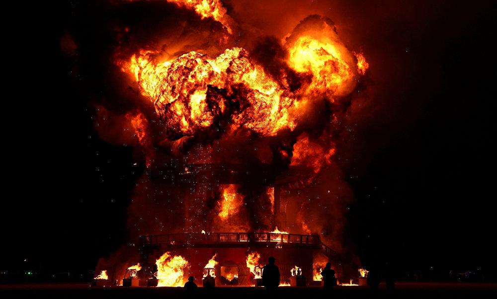 نيران دمية الرجل المحترق في المهرجان