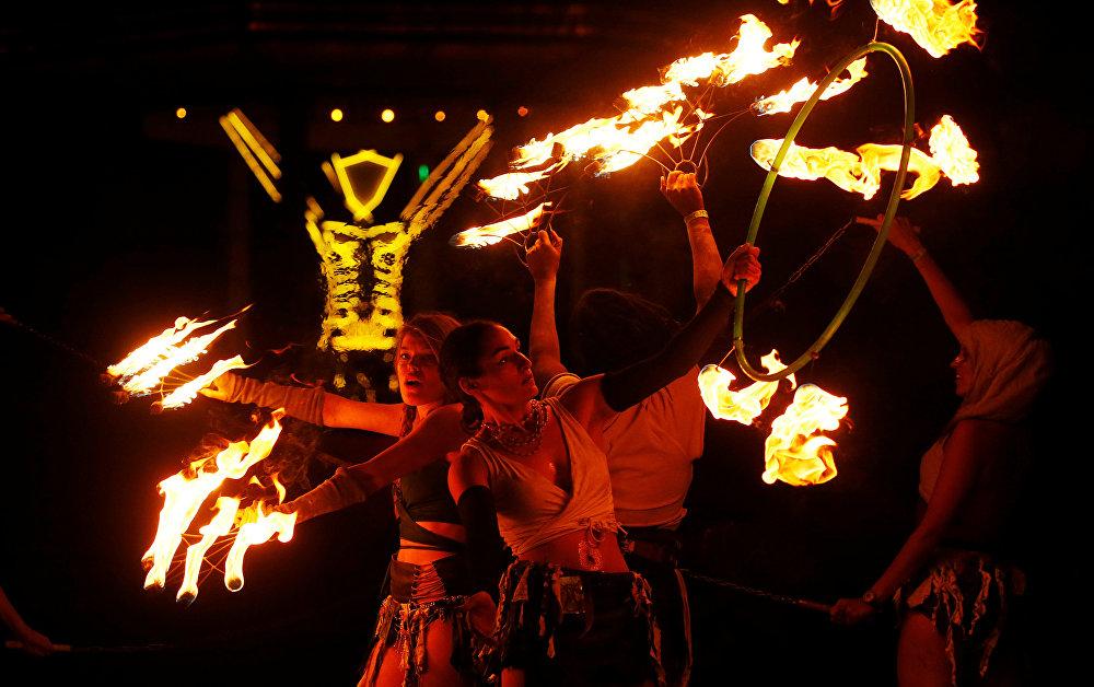 مشاركون في مهرجان الرجل المحترق يقدمون عرضا مع النيران