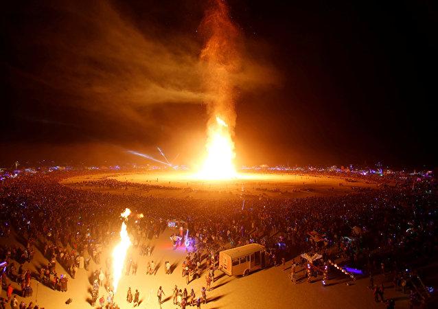 دمية الرجل المحترق تلتهمها النيران أمام جمهور من 70 ألف شخص حضر من جميع أنحاء العالم