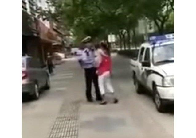 شرطة شنغهاي تتهجم على امرأة وطفلتها