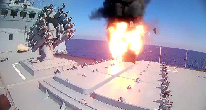 الفرقاطة الروسية أدميرال إيسن تطلق صواريخ كاليبر ضد تنظيم داعش الإرهابي