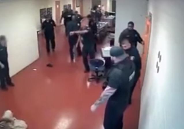 معركة شرسة داخل سجن أمريكي