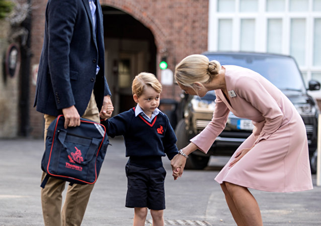 الأمير جورج ومديرة المدرسة ووالده الأمير وليام