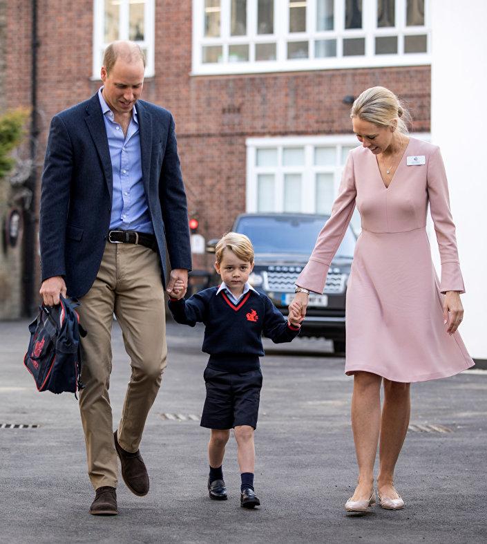 الأمير جورج وسط والده ومديرة المدرسة الابتدائية