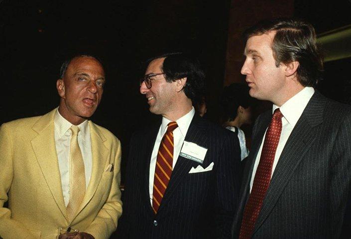 صورة قديمة لدونالد ترامب مع محامي عائلات المافيا