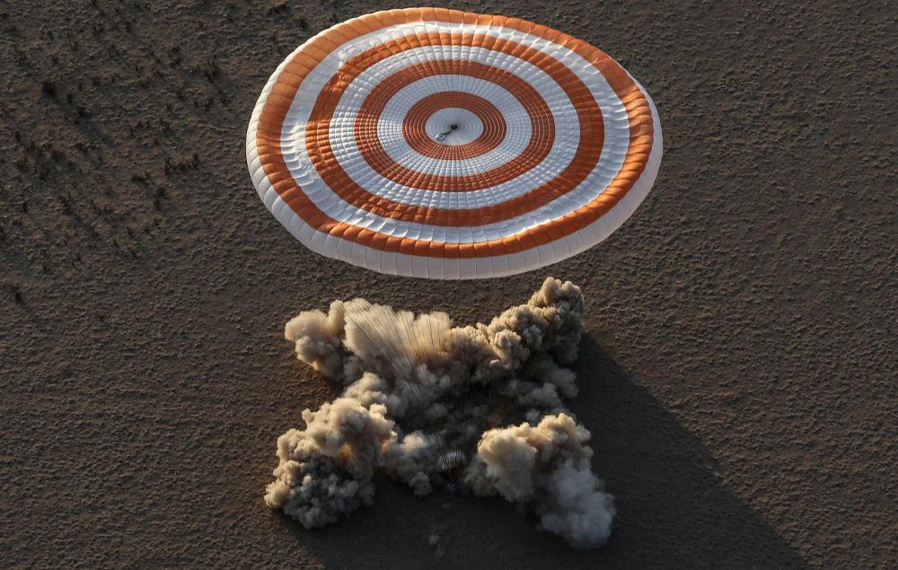 هبوط كبسولة سويوز إم إس-04 لطاقم محطة الفضاء الدولية: الأمريكيان جاك فيشر، وبيجي أنيت ويتسون من الولايات المتحدة، والروسي فيودور يورشيخين في منطقة نائية خارج مدينة دززكزغان (زيزكزغان)، كازاخستان 3 سبتمبر/ أيلول 2017