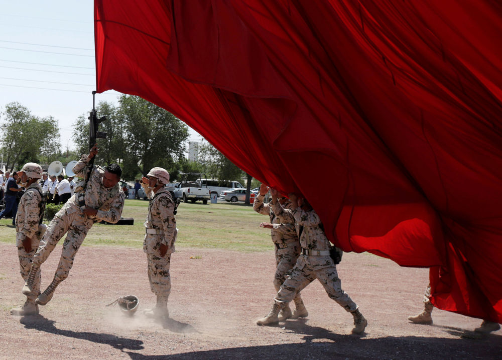 جندي وبندقيته يتعلقان بعلم عملاق عن طريق الخطأ خلال التحضيرات للاحتفال بالذكرى الـ 207 لاستقلال المكسيك عن إسبانيا، والتي تصادف يوم 16 سبتمبر/ أيلول فى سيوداد خواريز، المكسيك فى 4 سبتمبر/ أيلول 2017