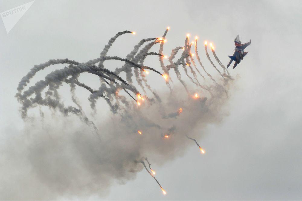 مقاتلة متعددة المهام سو-30 إس أم خلال عرض جوي رياضي في روستوف نا دونو، بمناسبة الذكرة الـ 75 لتشكيل السلاح الجوي الرابع لقوات الجوية العسكرية
