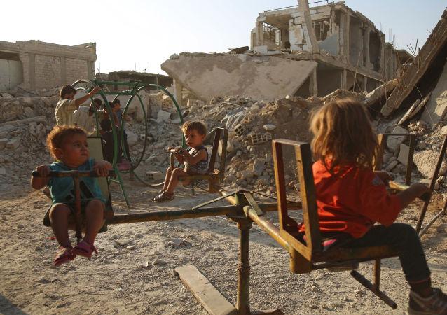 أطفال سوريون يلعبون في اليوم الثالث لأيام عيد الأضحى في الدوما، سوريا 3 سبتمبر/ أيلول 2017