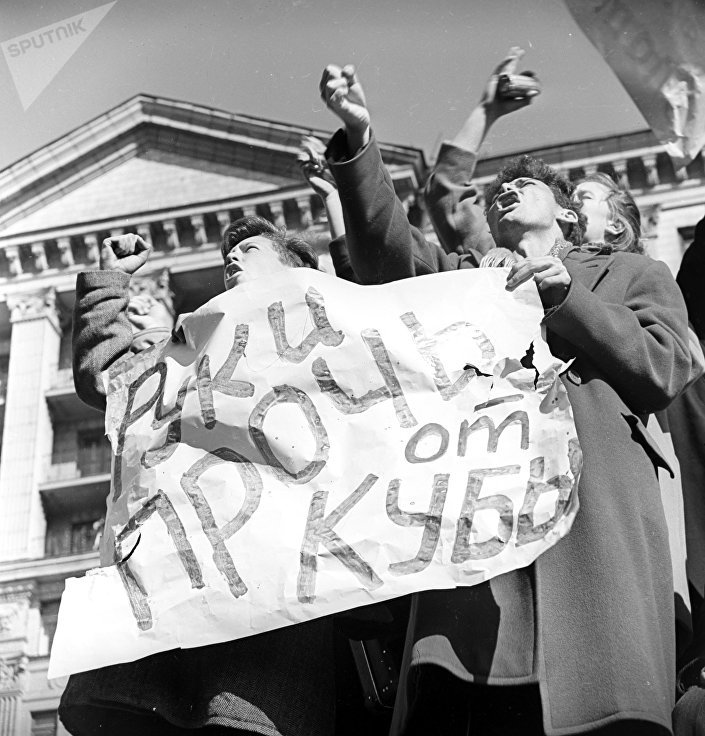 متظاهرون في موسكو يدعون إلى منع أمريكا من غزو كوبا خلال أزمة الكاريبي 1962