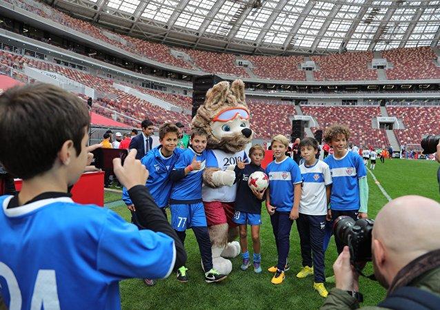 تميمة كأس العالم 2018 زابيفاكا مع عدد من الأطفال