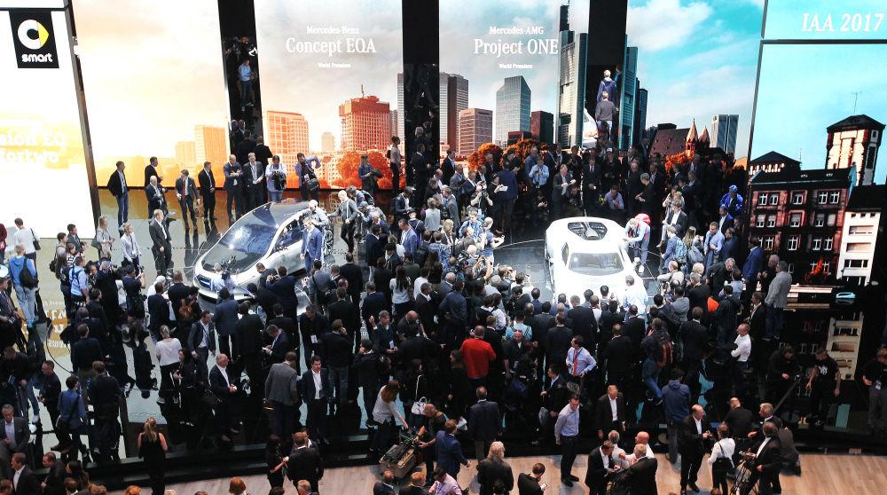 زوار معرض فرانكفورت للسيارات