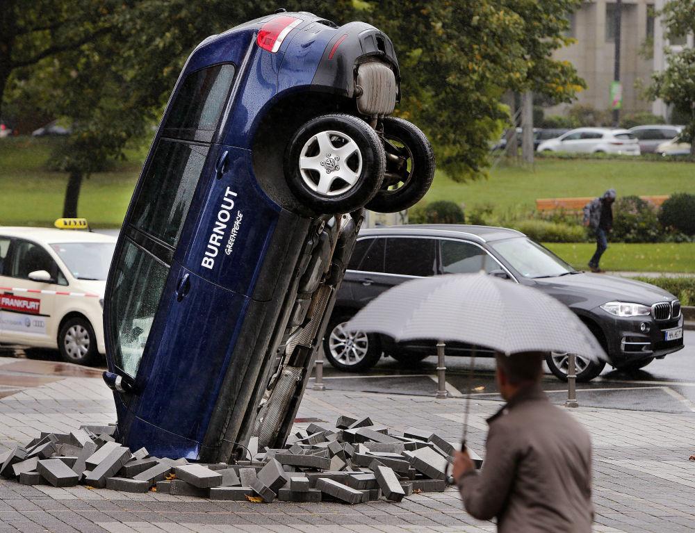 سيارة فولكس واغن طوارق أمام معرض فرانكفورت للسيارات