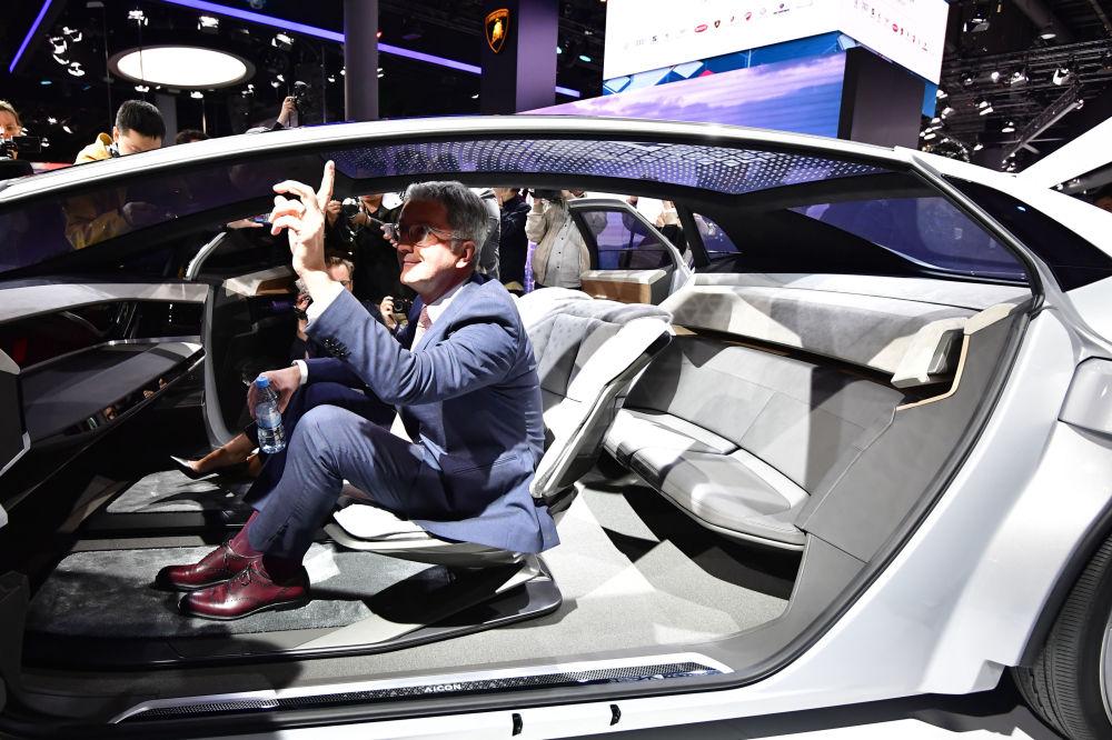 رئيس مجلس إدارة شركة أودي أغ روبرت ستادلر،يجلس في سيارة من نوع أودي أيكون في المعرض الدولي للسيارات في فرانكفورت، ألمانيا