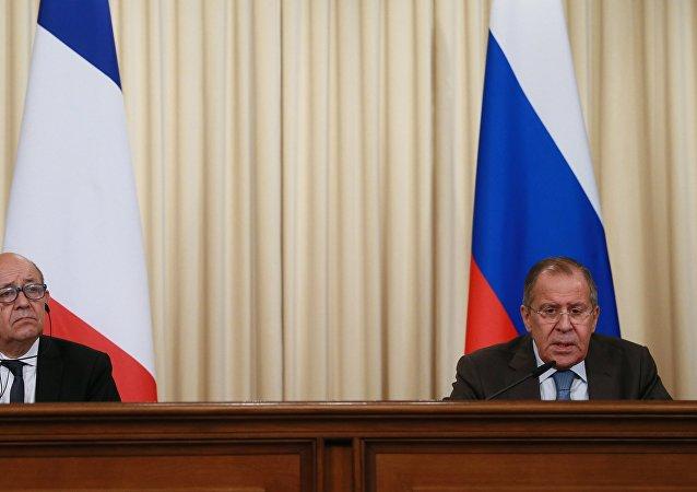 وزير الخارجية الفرنسي جان إيف لودريان وزير الخارجية الروسي سيرغي لافروف